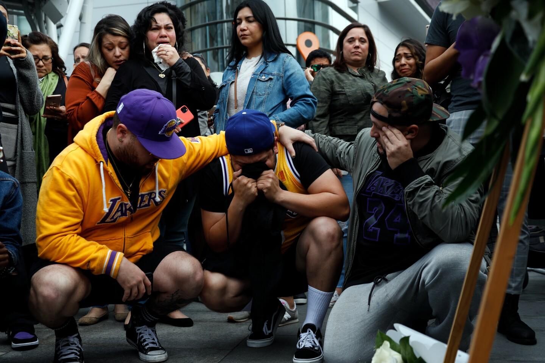 萬千科比球迷在斯台普斯中心外聚集  紀念心目中的籃球英雄(影)