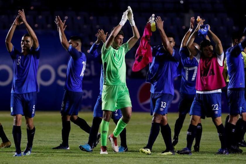 Los jugadores de Guatemala aplauden luego de ganar su partido amistoso internacional contra Costa Rica este viernes, en el estadio Doroteo Guamuch de la Ciudad de Guatemala (Guatemala). EFE