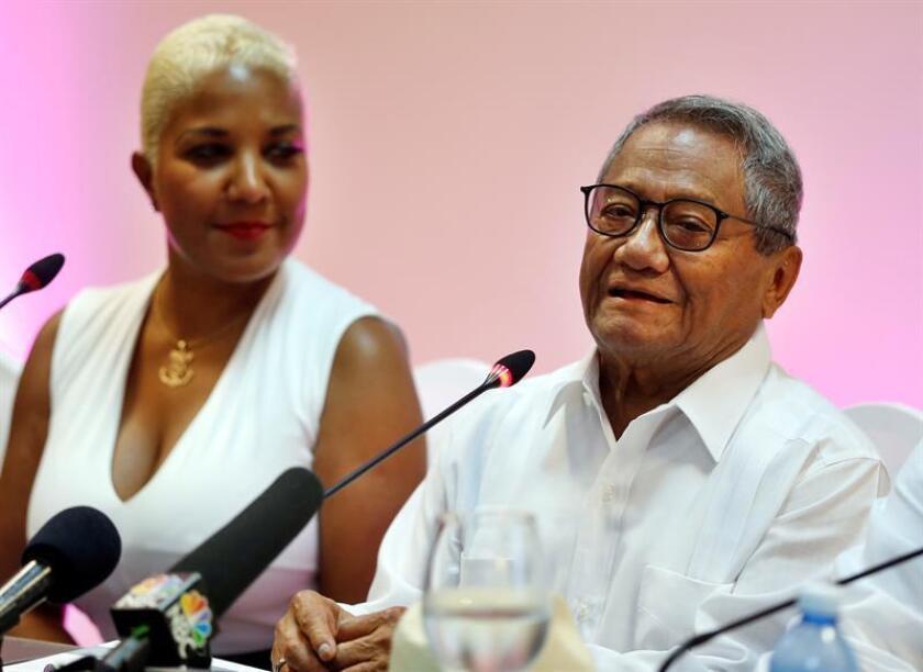 El compositor y cantante mexicano Armando Manzanero (d) habla junto a la cantante cubana Hayla Maria (i) durante una conferencia de prensa previa a un concierto que realizará en el malecón de La Habana (Cuba). EFE