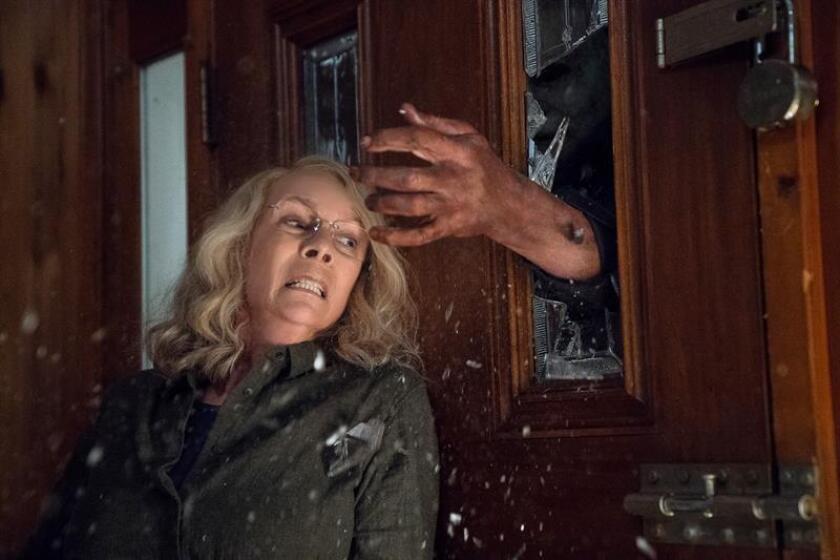 """Fotograma cedido por Universal Pictures donde aparece la actriz Jamie Lee Curtis en el papel de Laurie Strode, durante una escena de la película """"Halloween"""", que es el principal estreno del fin de semana en la cartelera estadounidense. EFE/Universal Pictures/SOLO USO EDITORIAL/NO VENTAS"""