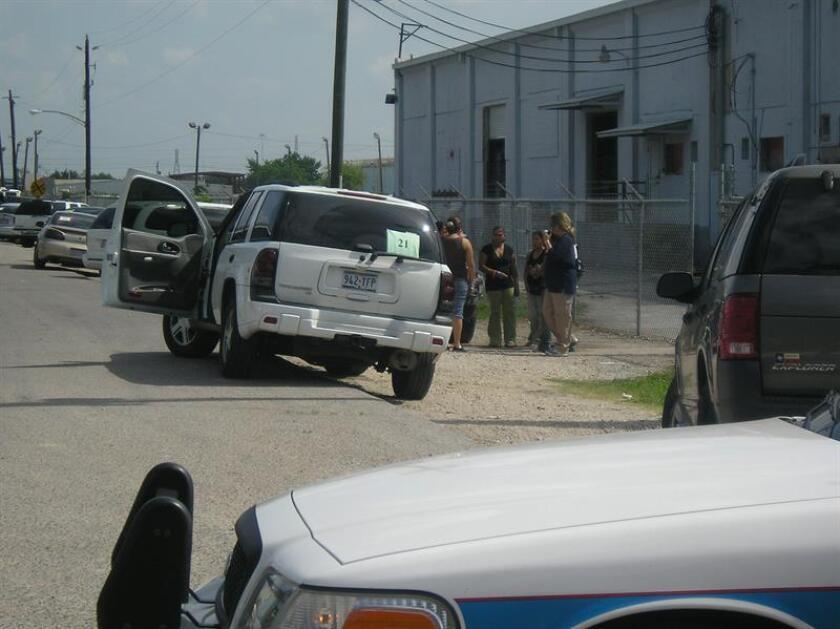 Un agente del Servicio de Inmigración y Aduanas (ICE) conversa con varias trabajadoras indocumentadas que fueron detenidas durante una redada. EFE/Archivo