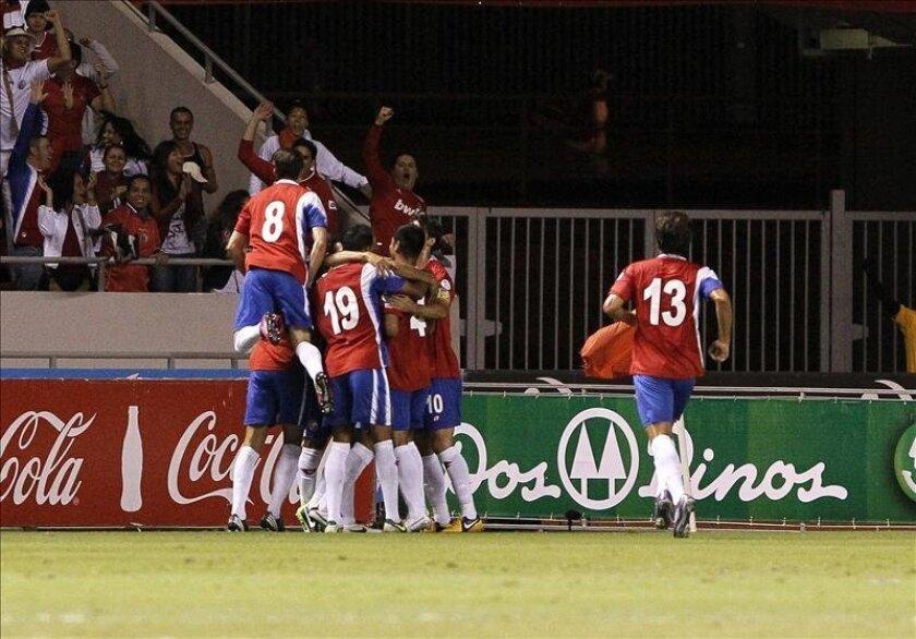 En la imagen, jugadores de la selección de Costa Rica celebran una anotación ante Jamaica, durante  un encuentro el pasado 26 de marzo de 2013. EFE/Archivo