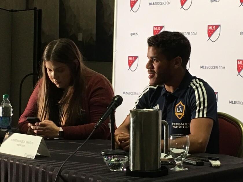Jonathan Dos Santos durante una reunión con la prensa en Los Ángeles.