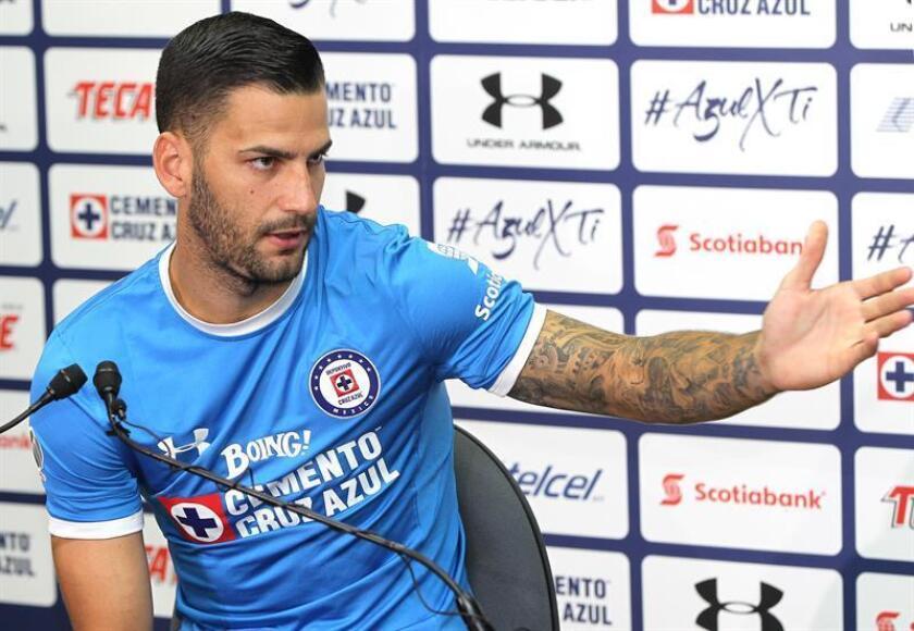 El delantero español Edgar Méndez habla durante su presentación con el Cruz Azul. EFE/ARCHIVO