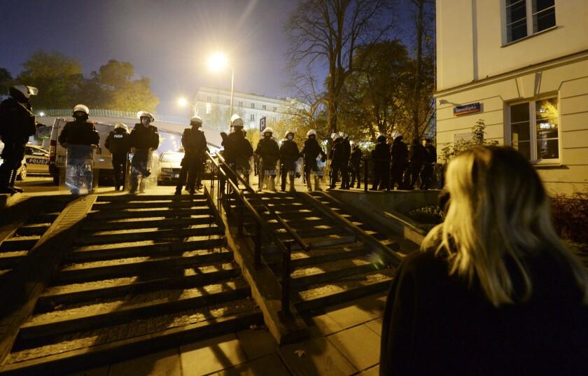 Policías montando guardia mientras manifestantes bloquean el parlamento en Varsovia, Poloia, el miércoles 28 de octubre de 2020. (AP Foto/Czarek Sokolowski)