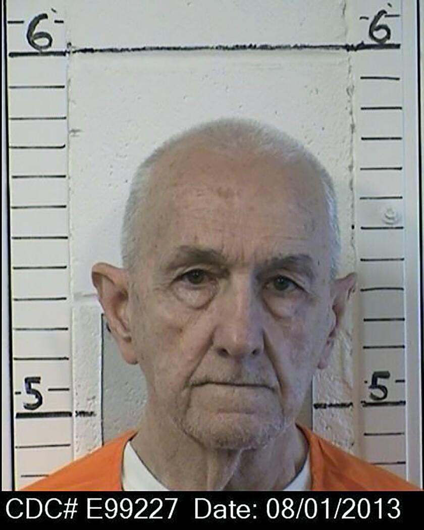 Estrangulan a asesino serial en prisión de California