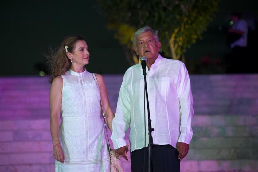 El presidente de México, Andrés Manuel López Obrador (d), junto a su esposa Beatriz Gutiérrez Müller. EFE/Archivo