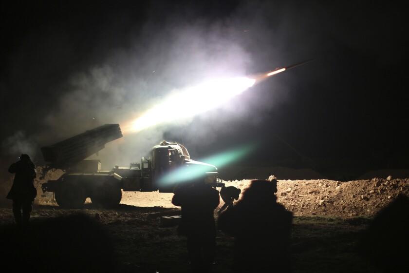 En esta foto del 17 de febrero de 2016, soldados del ejército sirio lanzan un cohete hacia posiciones del Estado Islámico en Raqqa, Siria. Ultimamente las fuerzas del gobierno han tomado decenas de poblaciones grandes y pequeñas. (Alexander Kots/Komsomolskaya Pravda via AP)