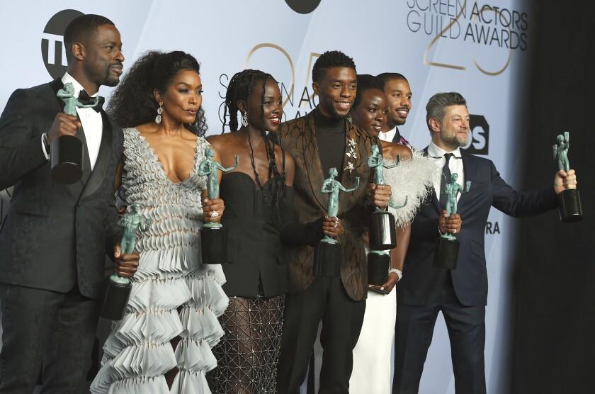"Sterling K. Brown, Angela Bassett, Lupita Nyong'o, Chadwick Boseman, Danai Gurira, Michael B. Jordan y Andy Serkis posan con los trofeos obtenidos por su trabajo en ""Black Panther"","