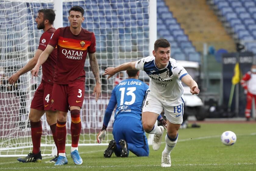 Ruslan Malinovskyi celebra tras anotar el gol de Atalanta en el empate 1-1 contra la Roma por la Serie A italiana, el 22 de abril de 2021. (AP Foto/Alessandra Tarantino)