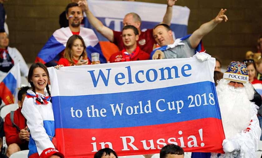 Aficionados rusos dan la bienvenida a visitantes, durante la Copa del Mundo 2018.