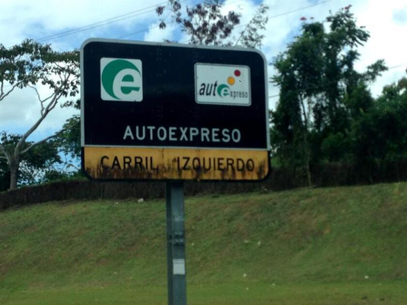 Fotografía donde se observa un cartel de AutoExpreso en San Juan. EFE/Archivo