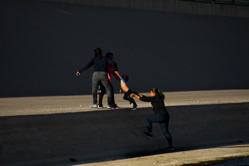 Un grupo de mujeres se internan a Estados Unidos por el río Bravo, en Ciudad Juárez
