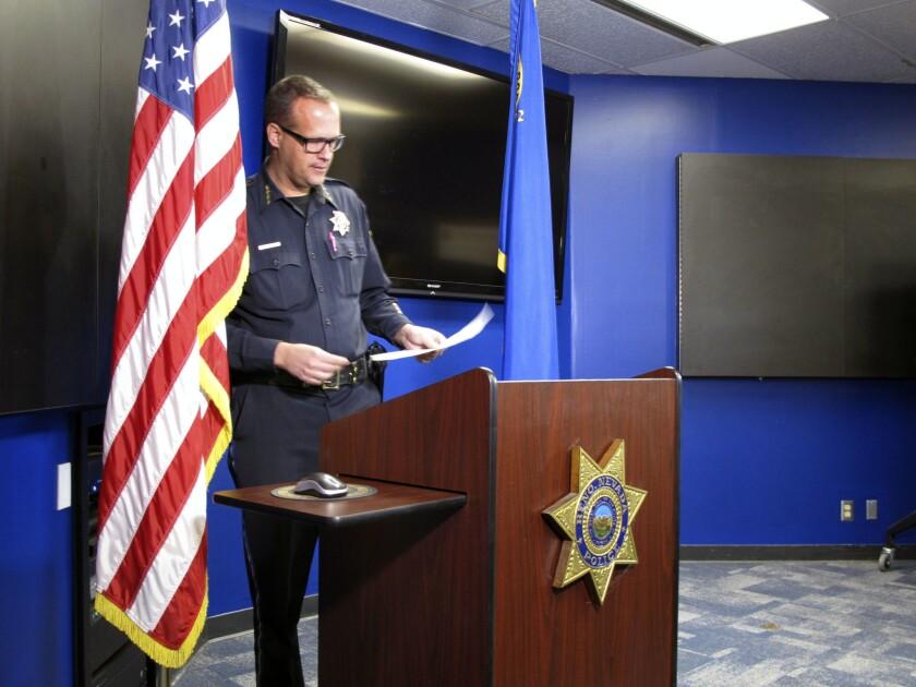 El jefe de la policía de Reno, Jason Soto, se prepara para ofrecer una conferencia de prensa en el cuartel de policía en Reno, Nevada. (AP Foto/Scott Sonner).