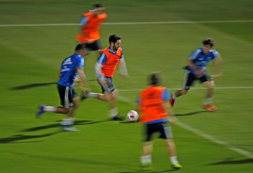 El centrocampista del Real Madrid, Isco Alarcón (c), asiste a una sesión de entrenamientos en la New York University antes de su debut en el Mundial de Clubes, en Abu Dabi, Emiratos Árabes Unidos, ayer. EFE
