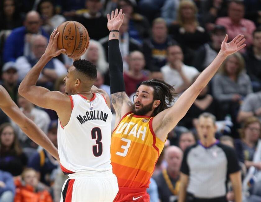 El jugador Ricky Rubio (d) de Utah Jazz en acción contra CJ McCollum (i) de Portland Trail Blazers durante un partido de la NBA disputado entre Utah Jazz y Portland Trail Blazers hoy, viernes 23 de febrero de 2018, en el Energy Solutions Arena de la ciudad de Salt Lake City, en Utah (EE.UU.). EFE