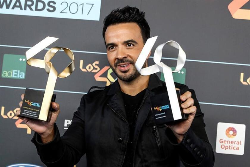"""El puertorriqueño Luis Fonsi posa con el premio a la Mejor Cancion Internacional del Año y con el Golden Award para su canción """"Despacito"""". EFE/Archivo"""