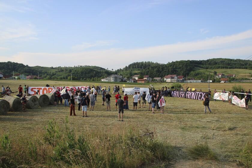 Numerosas personas participan en una protesta contra el rechazo de migrantes por parte de la policía croata, cerca de un paso fronterizo entre Croacia y Bosnia Herzegovina, en Maljevac, Croacia, el sábado 19 de junio de 2021. (AP Foto/Edo Zulic)