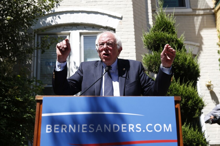 El aspirante presidencial demócrata Bernie Sanders habla en las afueras de las oficinas de su campaña en Washington el martes, 14 de junio del 2016.(AP Foto/Alex Brandon)
