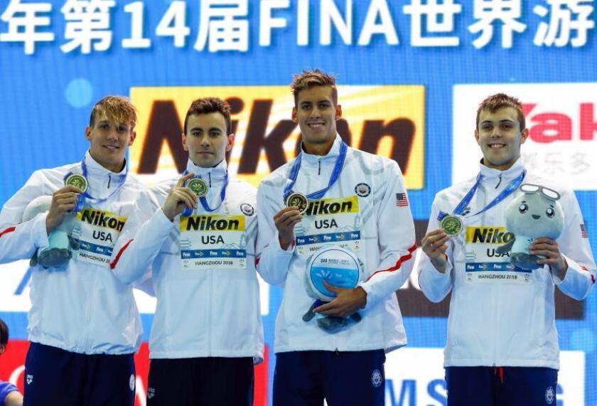 Los nadadores (de i a d) Caeleb Dressel, Blake Pieroni, Michael Chadwick, y Ryan Held, del equipo de natación estadounidense, celebran su victoria en la final masculina de los 4x100m estilo libre del Campeonato Mundial de Natación en Piscina Corta que se celebra en Hangzhou (China), antes de ayer. EFE