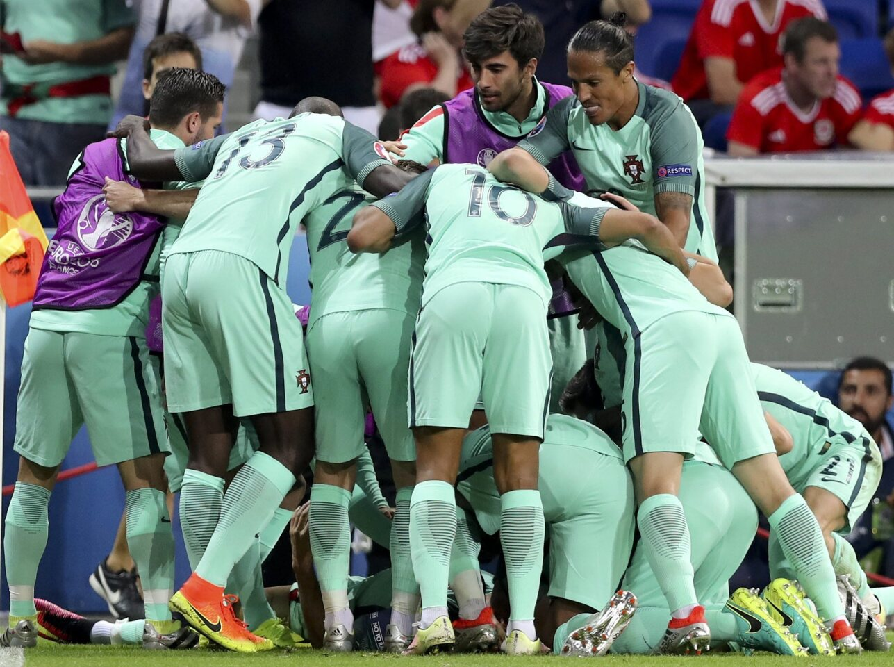 . Lyon (France), 06/07/2016.- Players of Portugal celebrate after they scored the first goal during the EURO 2016 semi final match between Portugal and Wales at Stade de Lyon in Lyon, France, 06 July 2016. (RESTRICTIONS APPLY: For editorial news reporting purposes only. Not used for commercial or marketing purposes without prior written approval of UEFA. Images must appear as still images and must not emulate match action video footage. Photographs published in online publications (whether via the Internet or otherwise) shall have an interval of at least 20 seconds between the posting.) (Francia) EFE/EPA/MIGUEL A. LOPES EDITORIAL USE ONLY ** Usable by HOY and SD Only **
