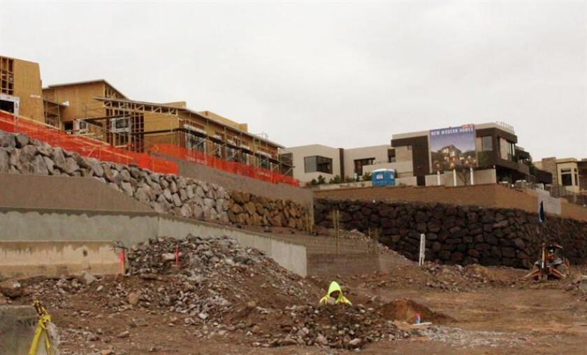 Unas obras de construcción se realizan hoy, lunes 6 de agosto de 2018, en la ciudad de Henderson, Nevada. El mercado inmobiliario de Las Vegas atraviesa por su mejor momentos desde la recesión de 2008, en gran parte por la llegada masiva de californianos atraídos por la posibilidad de lograr más por menos dinero que en su estado. EFE