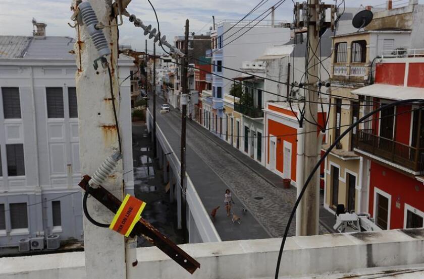 Vista de cables de electricidad dañados por el paso del huracán María en el Viejo San Juan (Puerto Rico). EFE/Archivo