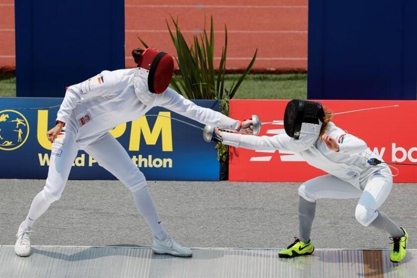 Rebecca Langrehr (i) de Alemania compite con Michelle Gulyas (d) de Hungría durante la prueba de esgrima por relevos mixto que se realiza en el marco del Campeonato Mundial de Pentatlón Moderno en Ciudad de México (México). EFE