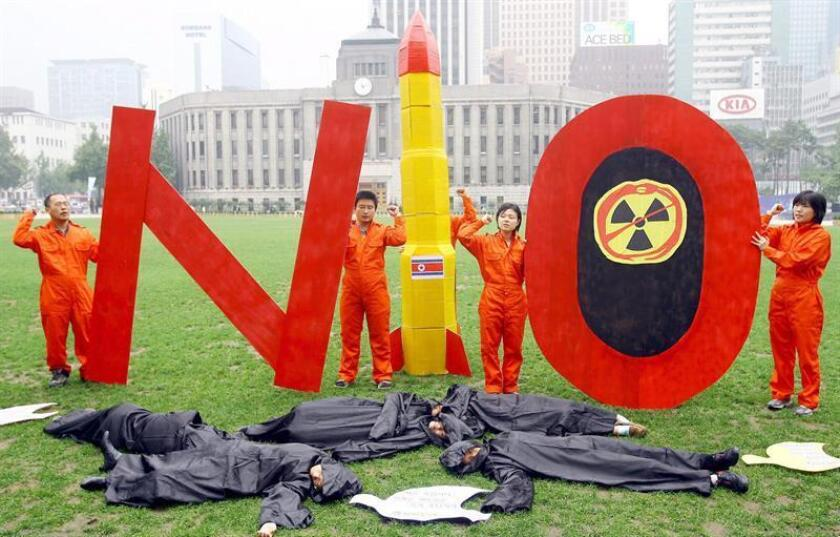Un grupo de ecologistas coreanos realizan un performance como alegato contra las bombas atómicas. EFE/Archivo