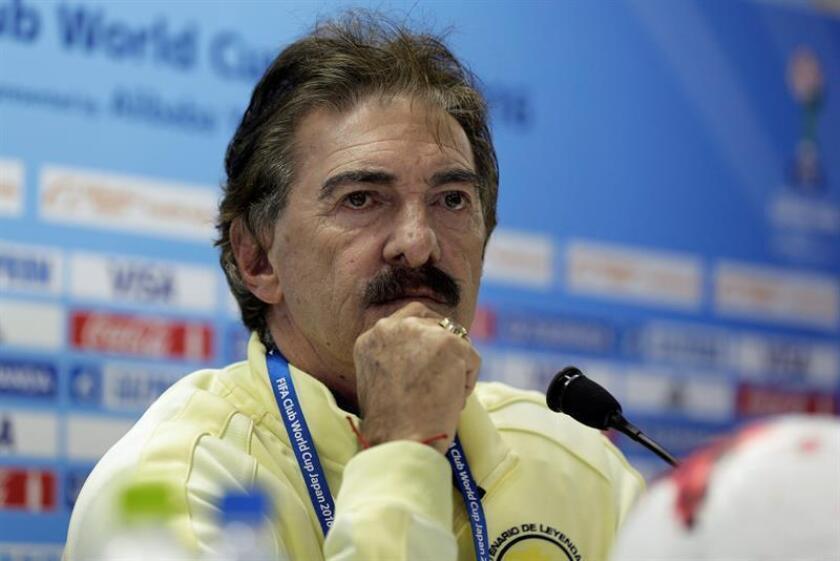 El entrenador del Club América, Ricardo La Volpe, da una rueda de prensa de cara al partido de semifinales del Mundial de Clubes contra el Real Madrid. EFE