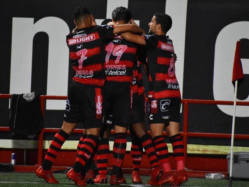 Los jugadores de Xolos celebran un gol el sábado 6 de octubre de 2018, durante el juego correspondiente a la jornada 12 del torneo mexicano de fútbol, en el estadio Caliente, en Tijuana, Baja California (México). EFE/Archivo