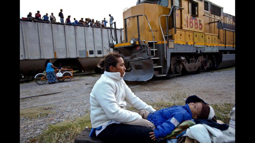 """En medio de la presión estadounidense para frenar la migración ilegal, en especial la de niños no acompañados, el Gobierno mexicano comenzó a aplicar el Plan Frontera Sur en julio de 2014, con el que se buscó inhibir el uso de """"La Bestia"""" por medio de operativos y la modernización del ferrocarril."""