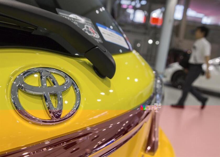El logotipo de Toyota es fotografiado en un concesionario de la compañía. EFE/Archivo
