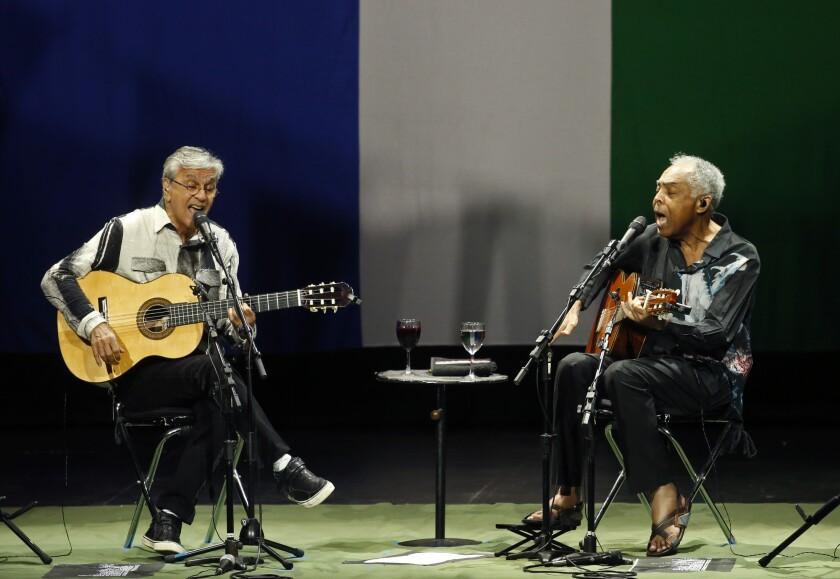 """Caetano Veloso y Gilberto Gil durante su más reciente presentación en el Microsoft Theater de Los Ángeles, en abril del 2016, como parte de la promoción del disco """"Dois Amigos, Um Seculo de Mœsica: Multishow Live""""."""