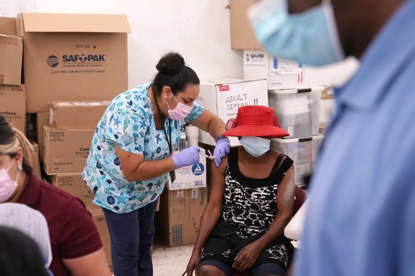 EEUU: Estados republicanos se rezagan en vacunación