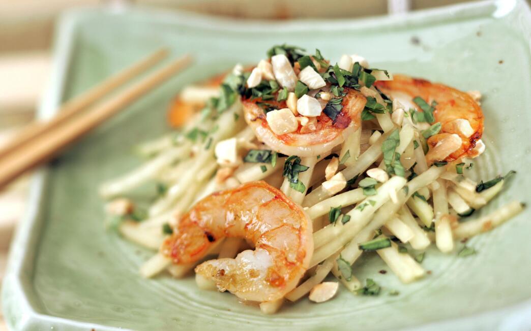 Green papaya salad with shrimp (Goi du du)