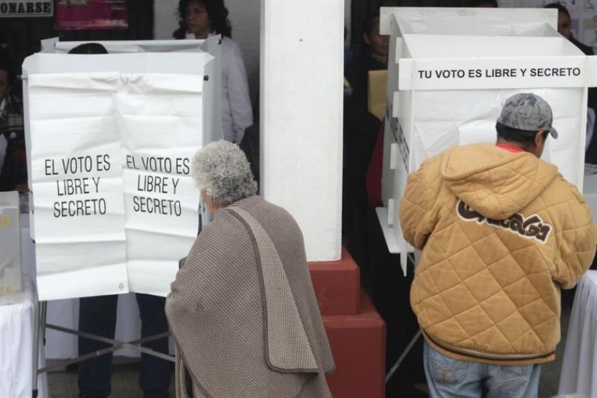 Una credencial infalsificable y millones de voluntarios a cargo de contar los votos son parte de la rigurosa normativa antifraude que se ha perfeccionado en los últimos 30 años en México desde los controvertidos comicios presidenciales de 1988. EFE/ARCHIVO