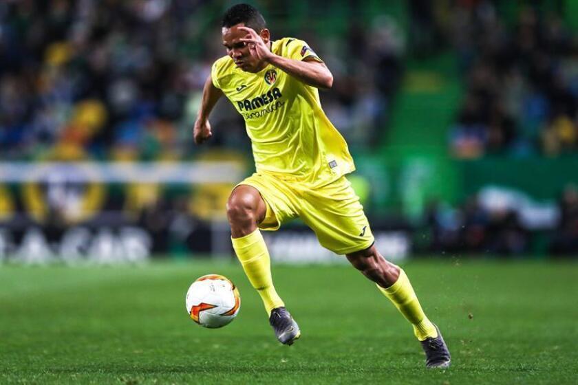 Carlos Bacca de Villarreal controla el balón durante un partido. EFE/Archivo