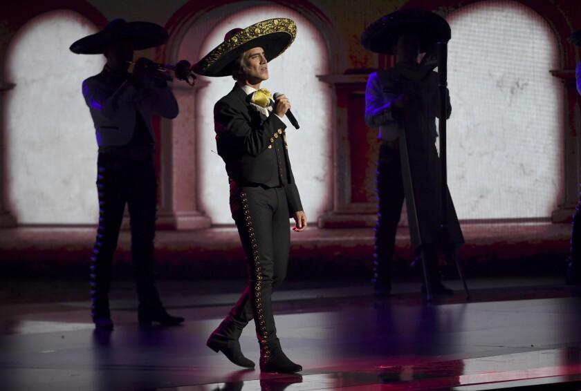 Alejandro Fernández interpreta un medley en la ceremonia de los Latin Grammy