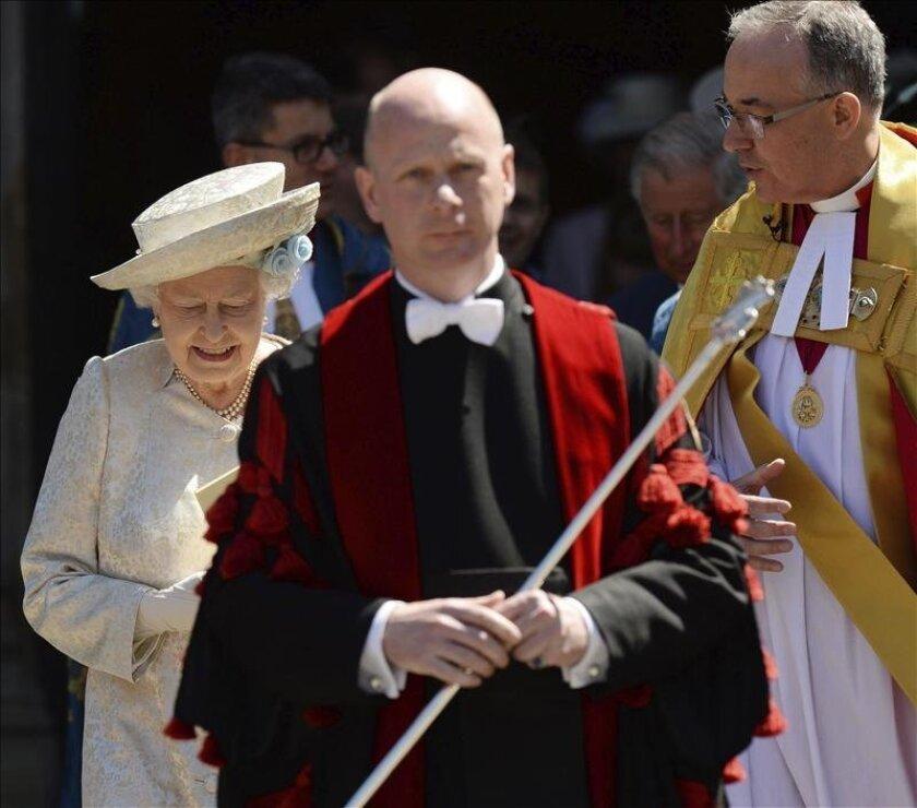 La reina Isabel II de Inglaterra (i), conversa con el Deán John Hall (d), mientras abandona la Abadía de Westminster tras asistir al servicio religioso oficiado por el arzobispo de Canterbury con motivo del sesenta aniversario de su coronación, en Londres. EFE