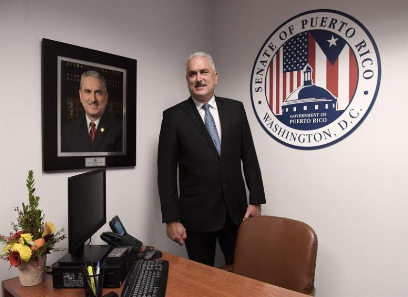 El presidente del Senado puertorriqueño, Thomas Rivera Schatz (c), posa para Efe en la nueva oficina del Senado de Puerto Rico en Washington (Estados Unidos). EFE/Archivo