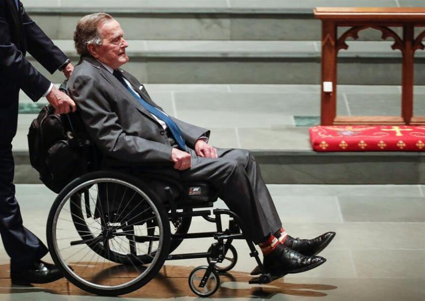 Foto de archivo del expresidente estadounidense George H. W. Bush (c) en silla de ruedas en la iglesia de St. Martin durante la celebración del funeral de su esposa Bárbara en Houston, Texas. EFE/Archivo