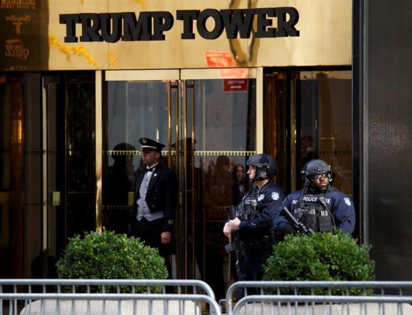 Una semana después de que Donald Trump abandonara Nueva York para trasladarse a Washington, la policía ha relajado la seguridad en torno a la célebre Torre Trump, lo que ha aliviado a los comerciantes de las calles colindantes. EFE/ARCHIVO