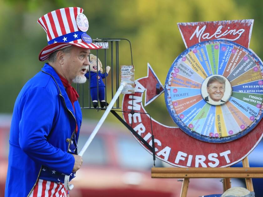 Un simpatizante de Donald Trump manifiesta su apoyo al candidato presidencial republicano, en la Feria Estatal de Missouri, en Sedalia, Missouri. (AP Foto/Orlin Wagner)