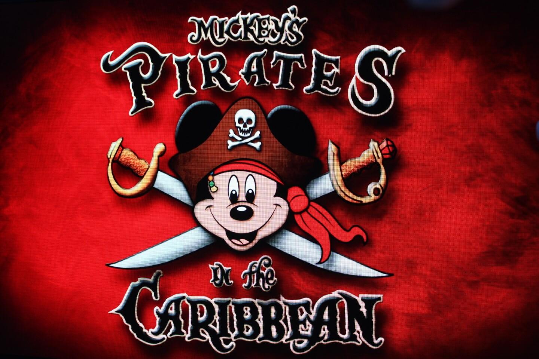 la última noche, la diversión es en grande con una fiesta pirata en cubierta, donde todos se disfrazan de piratas y disfrutan de efectos especiales y simpatía de los personajes Disney. Por supuesto, todo culmina con fuegos artificiales que iluminan altamar.