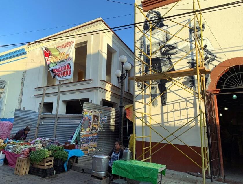 """El mural en honor a Yalitza, pintado por el colectivo artístico Pelota Mixteca, mide seis por cinco y es una imagen de la película """"Roma"""" en la que Yalitza, en el papel de Cleo, la nana de Alfonso Cuarón en la vida real, lleva de la mano a un niño."""