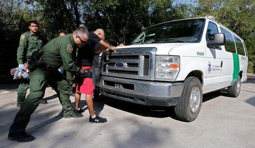 Agentes de la Patrulla Fronteriza del sector del Valle del Río Grande (Texas) hallaron este domingo a doce indocumentados escondidos en un camión conducido por un estadounidense durante un control en la carretera, informó hoy el Departamento de Seguridad Nacional (DHS, por sus siglas en inglés). EFE/Archivo