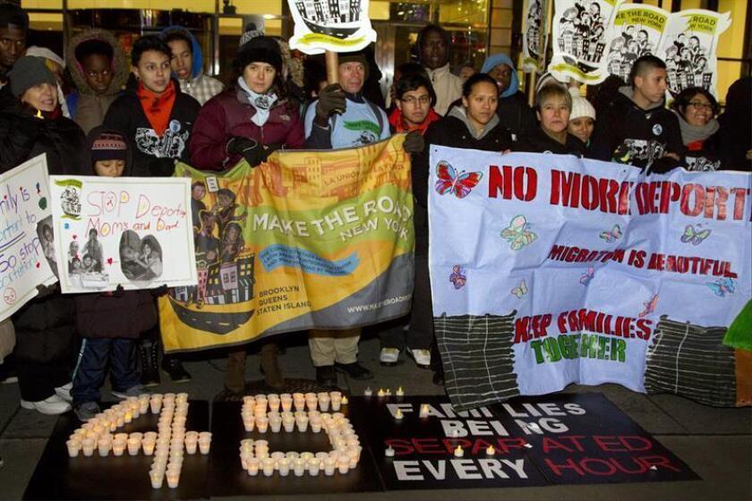 Inmigrantes protestan el martes 10 de diciembre de 2013, frente a la sede del Servicio de Inmigración y Control de Aduanas (ICE), en Nueva York (NY, EE.UU.). EFE/Archivo