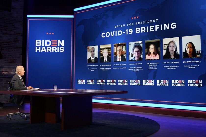 El candidato presidencial demócrata Joe Biden participa en una sesión informativa