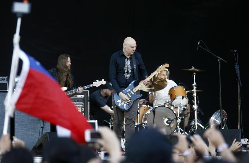 El cantante de la banda estadounidense Smashing Pumpkins, Billy Corgan, durante un concierto. EFE/Archivo